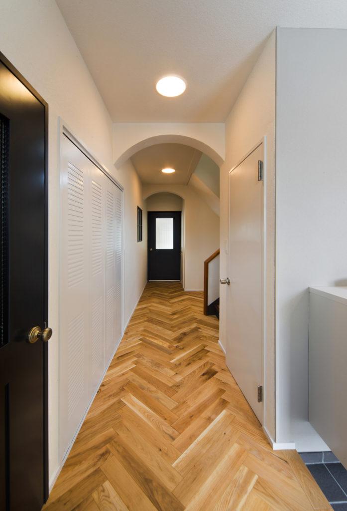 玄関からアーチを設けた廊下へ